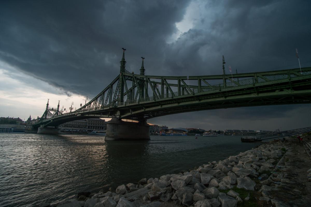 Láncokba fejlődő zivatarfelhő, vagyis szupercella a budapesti Szabadság híd felett 2019. július 28-án.