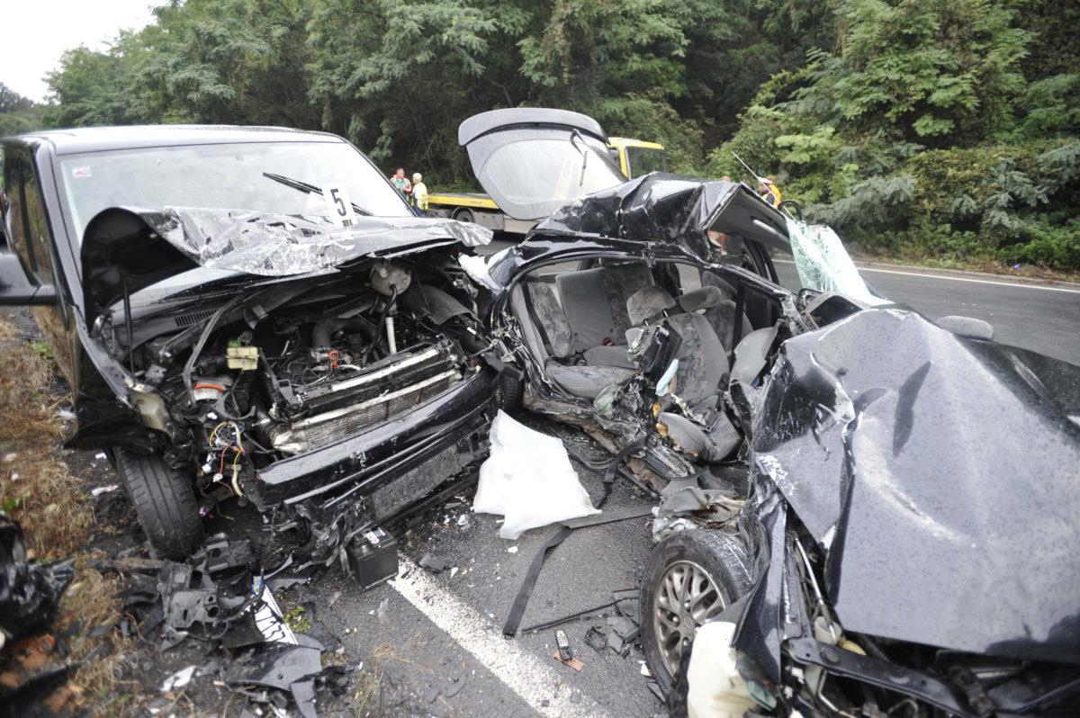 Összetört autók, miután összeütköztek a 2-es főút Váchoz közeli szakaszán 2019. szeptember 7-én.