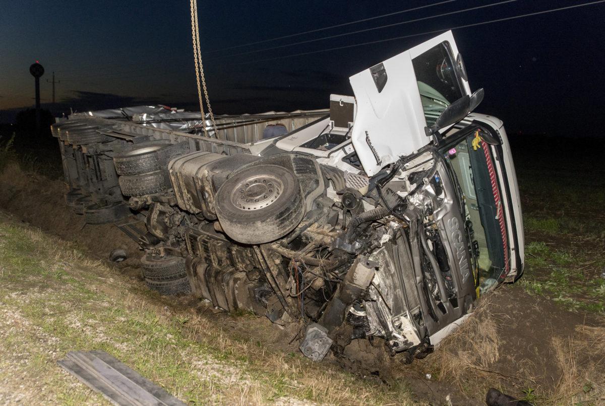 Ütközésben felborult teherautó a 81-es számú főút 63. kilométerszelvényében Pér és Mezőörs között 2019. szeptember 9-én.