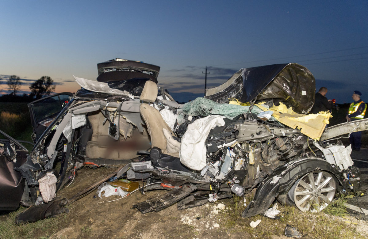 Ütközésben összeroncsolódott személygépkocsi a 81-es számú főút 63. kilométerszelvényében Pér és Mezőörs között 2019. szeptember 9-én.