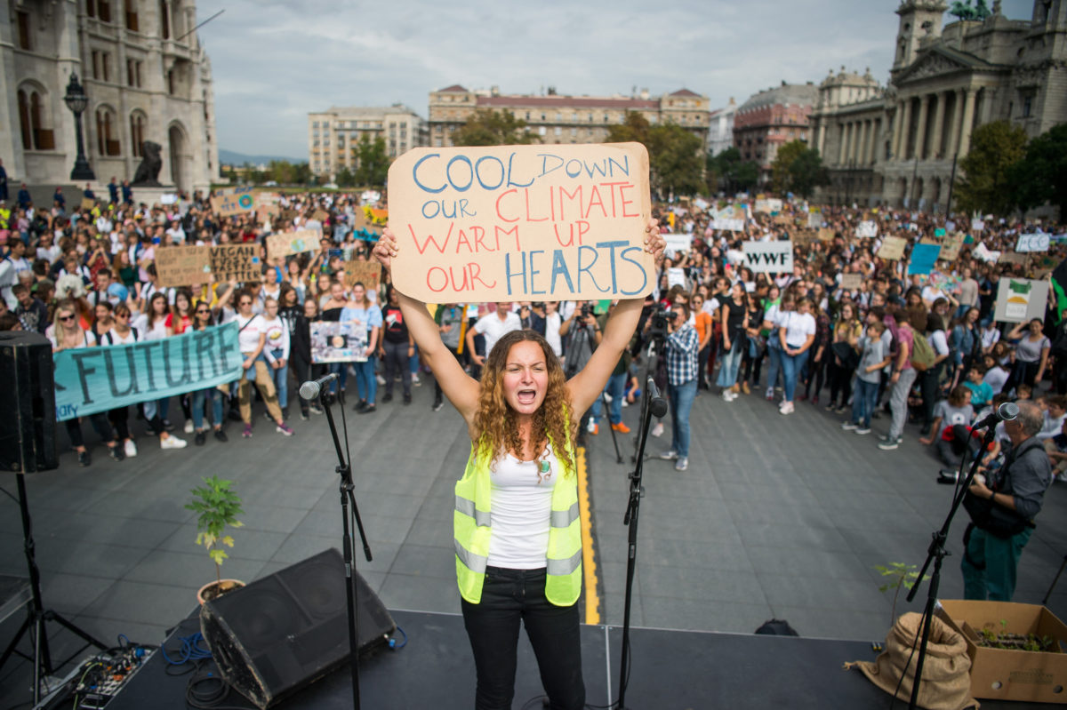 A harmadik globális klímasztrájkhoz kapcsolódó budapesti tüntetés résztvevői az Országház előtti Kossuth Lajos téren 2019. szeptember 27-én. A tüntetést a Fridays For Future Magyarország mozgalom szervezte.