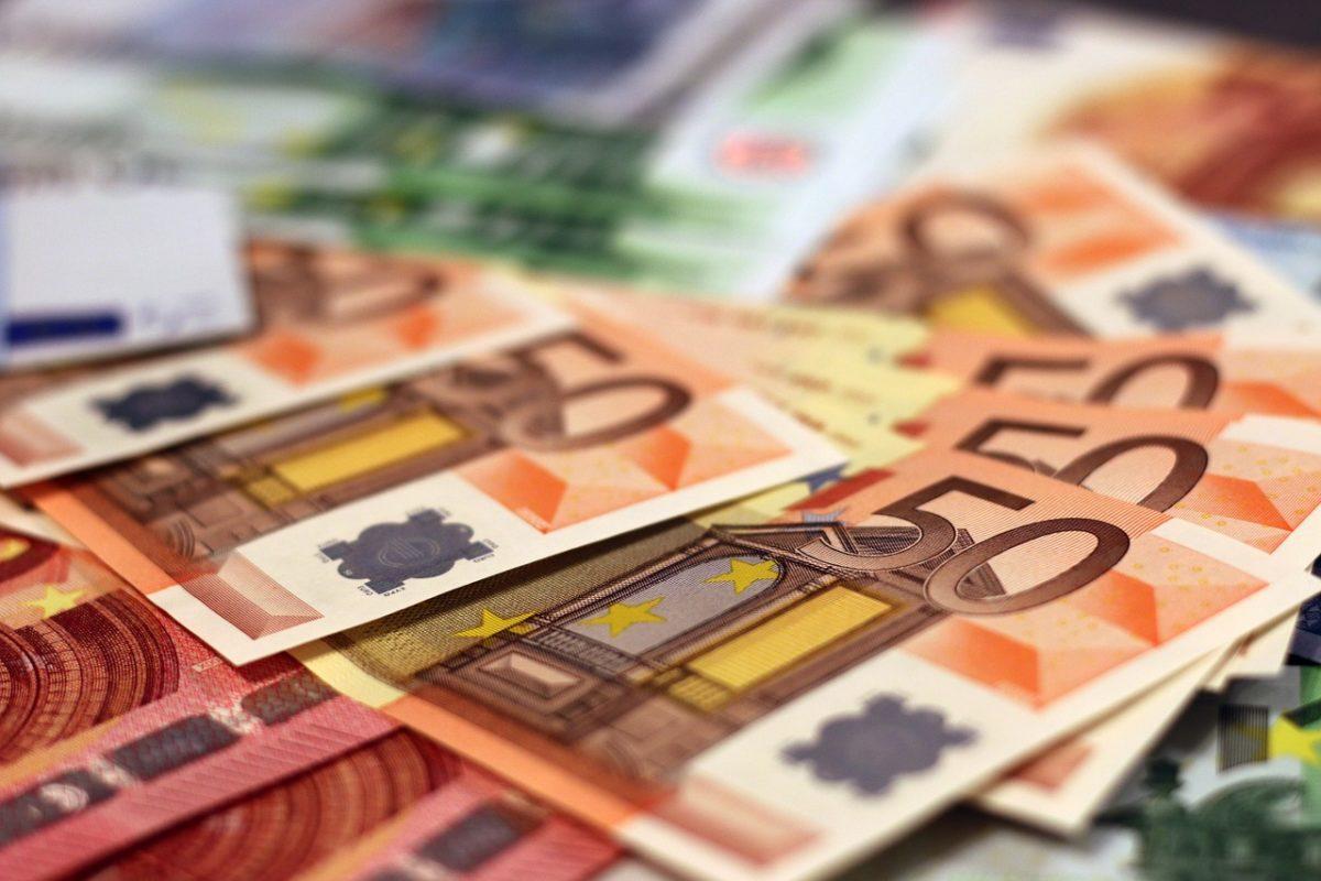 Újabb történelmi mélypont: már 332 forint egy euró