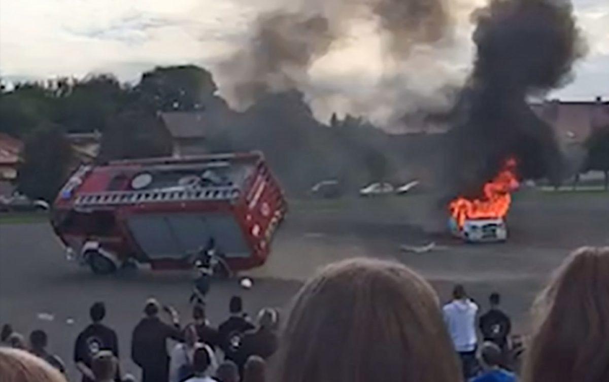 Felborult egy tűzoltóautó egy váci bemutatón, több tűzoltó megsérült