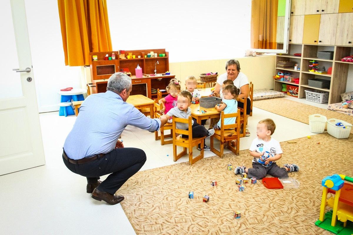 Gyerekek köszönik az intézmény fejlesztését Fercsák József fideszes polgármester bácsinak Baján, a Kodály utcai bölcsődében.