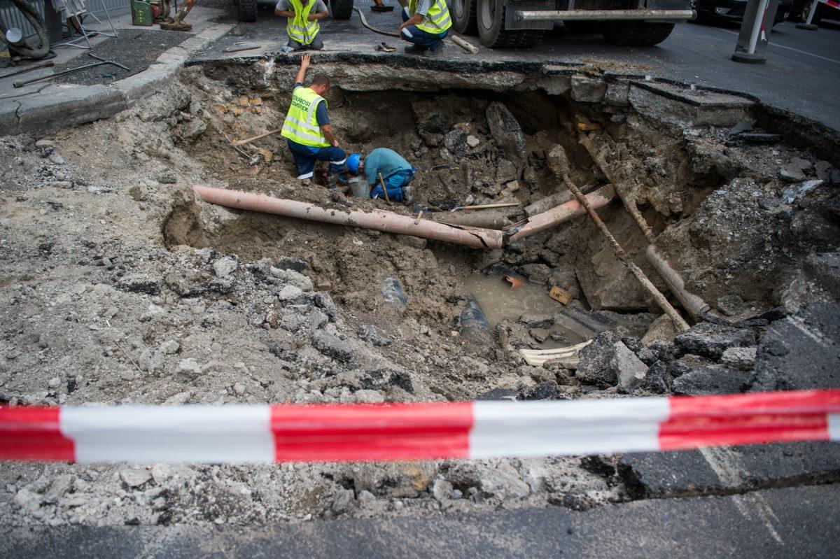 A beszakadt úttest kijavításán dolgoznak a fővárosi Ferenciek terénél 2019. szeptember 27-én.