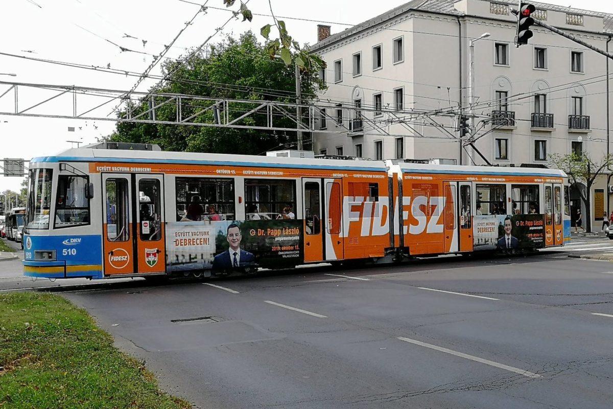 Fidesz-villamos viszi az utasokat Debrecenben