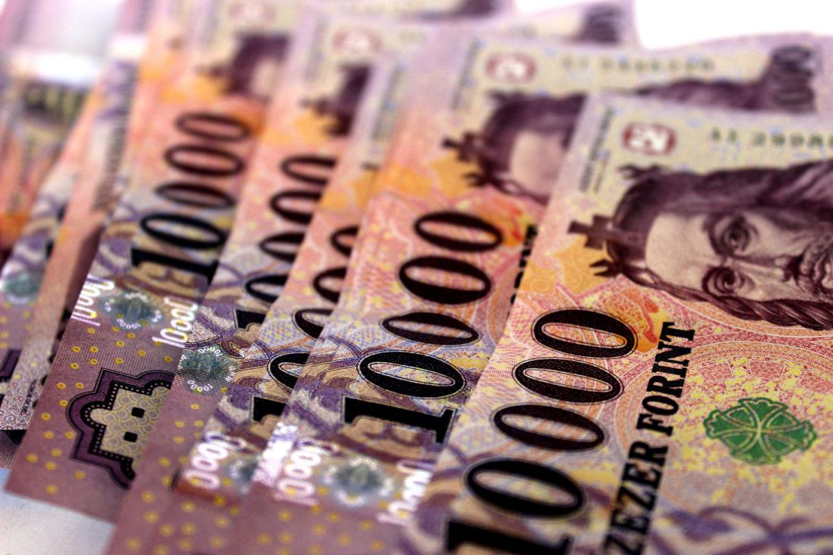 Történelmi mélypont: már 334 forint felett az euró