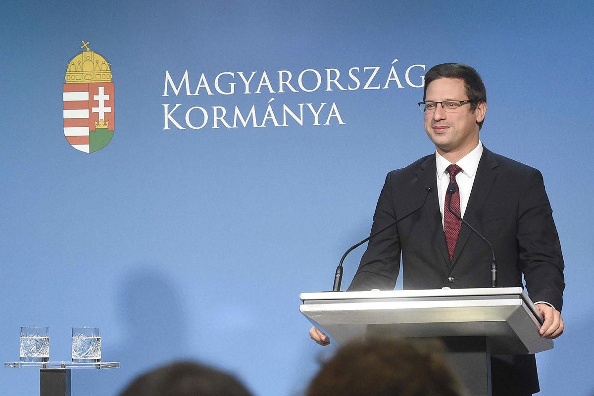 Gulyás Gergely, a Miniszterelnökséget vezető miniszter (j) és Hollik István kormányszóvivő a Kormányinfó sajtótájékoztatón a Miniszterelnöki Kabinetiroda Garibaldi utcai sajtótermében 2019. szeptember 12-én.