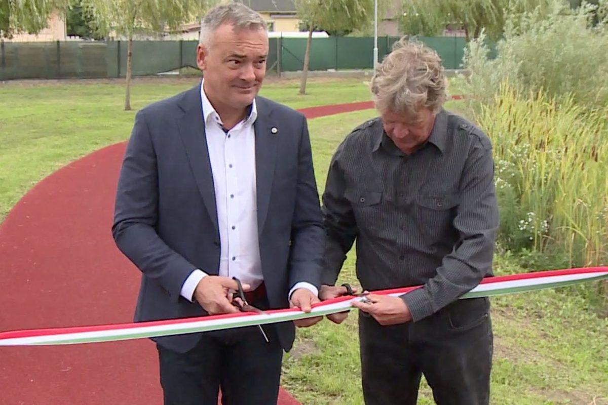 Borkai Zsolt és Sík Sándor átadja a fél éve kész futópályát Győrszentivánon.