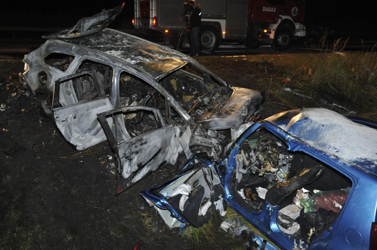 Kiégett autóroncsok az M5-ös autópálya mellett Felsőpakony határában, ahol hárman meghaltak, amikor egy forgalommal szemben közlekedő személyautó összeütközött egy másik autóval 2019. szeptember 6-án.