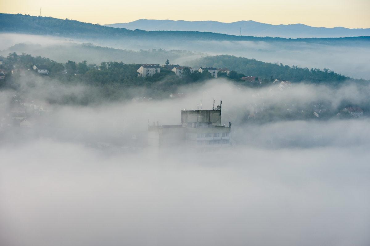 Talaj menti köd a salgótarjáni toronyház alatt a Szent Imre-hegy felől fényképezve 2019. szeptember 10-én.