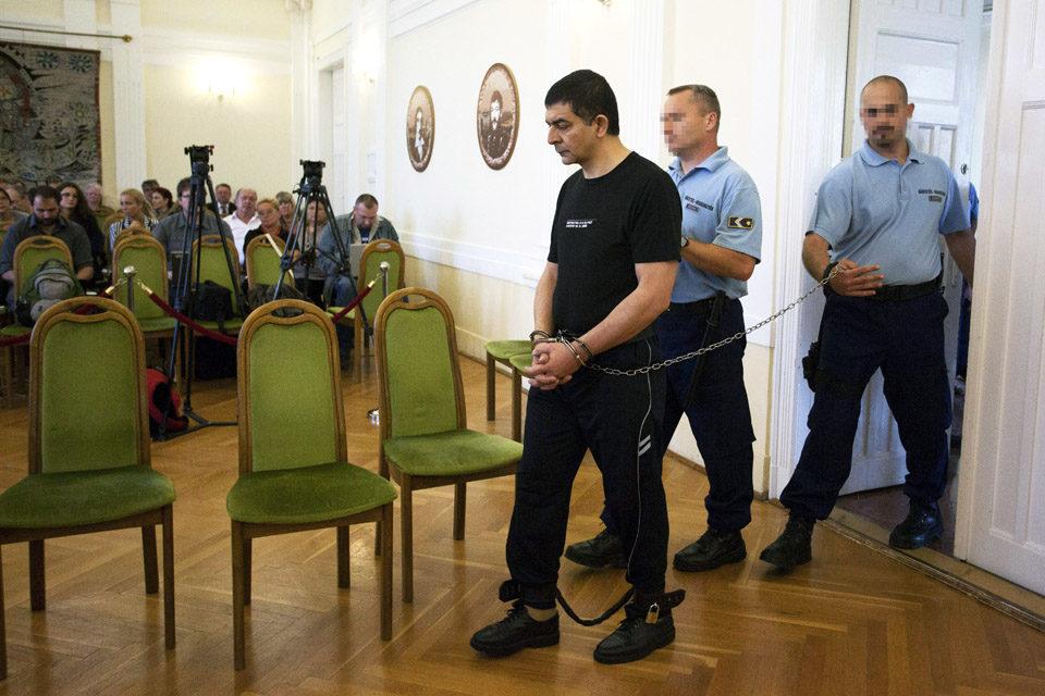 Kertész József másodrendű vádlottat bevezetik az ítélethirdetésre az ellene előre kitervelten, nyereségvágyból, különös kegyetlenséggel, tizennegyedik életévét be nem töltött személy ellen elkövetett emberölés bűntette miatt, a 11 éves Szita Bence gyilkosságának ügyében indult büntetőper tárgyalására a Kaposvári Törvényszék tárgyalótermébe 2013. június 6-án.