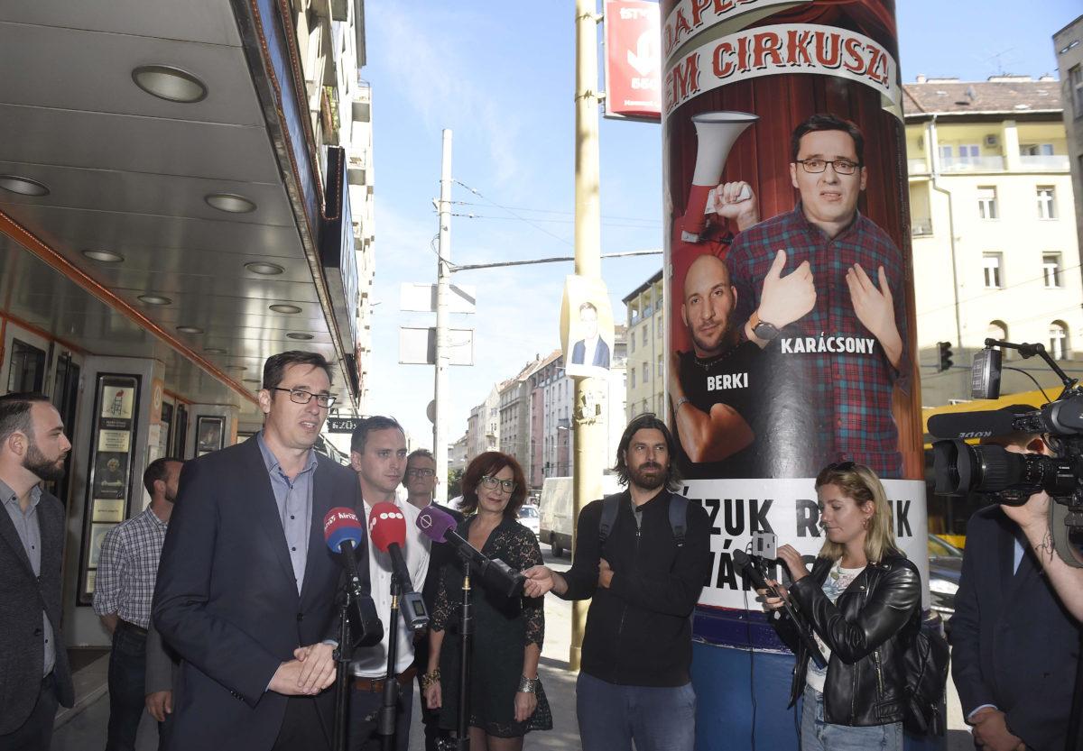Karácsony Gergely ellenzéki főpolgármester-jelölt (b3) beszél, mellette Őrsi Gergely, a II. kerület MSZP-s képviselője, az ellenzék II. kerületi közös polgármesterjelöltje (b4) és Szalai Kriszta színész, írónő, II. kerületi képviselőjelölt (b6) az Átrium színház előtt, a budapesti Margit körúton 2019. szeptember 18-án tartott sajtótájékoztatón.