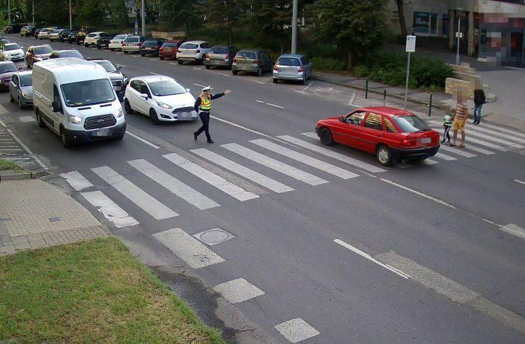 Rendőr mellett hajtott át a zebrán, kis híján gázolt egy autós Kecskeméten