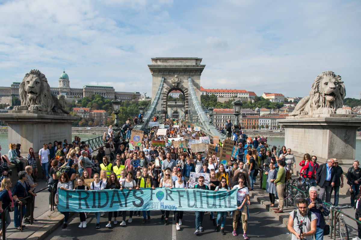 A harmadik globális klímasztrájkhoz kapcsolódó budapesti tüntetés résztvevői a Lánchídon 2019. szeptember 27-én. A tüntetést a Fridays For Future Magyarország mozgalom szervezte.