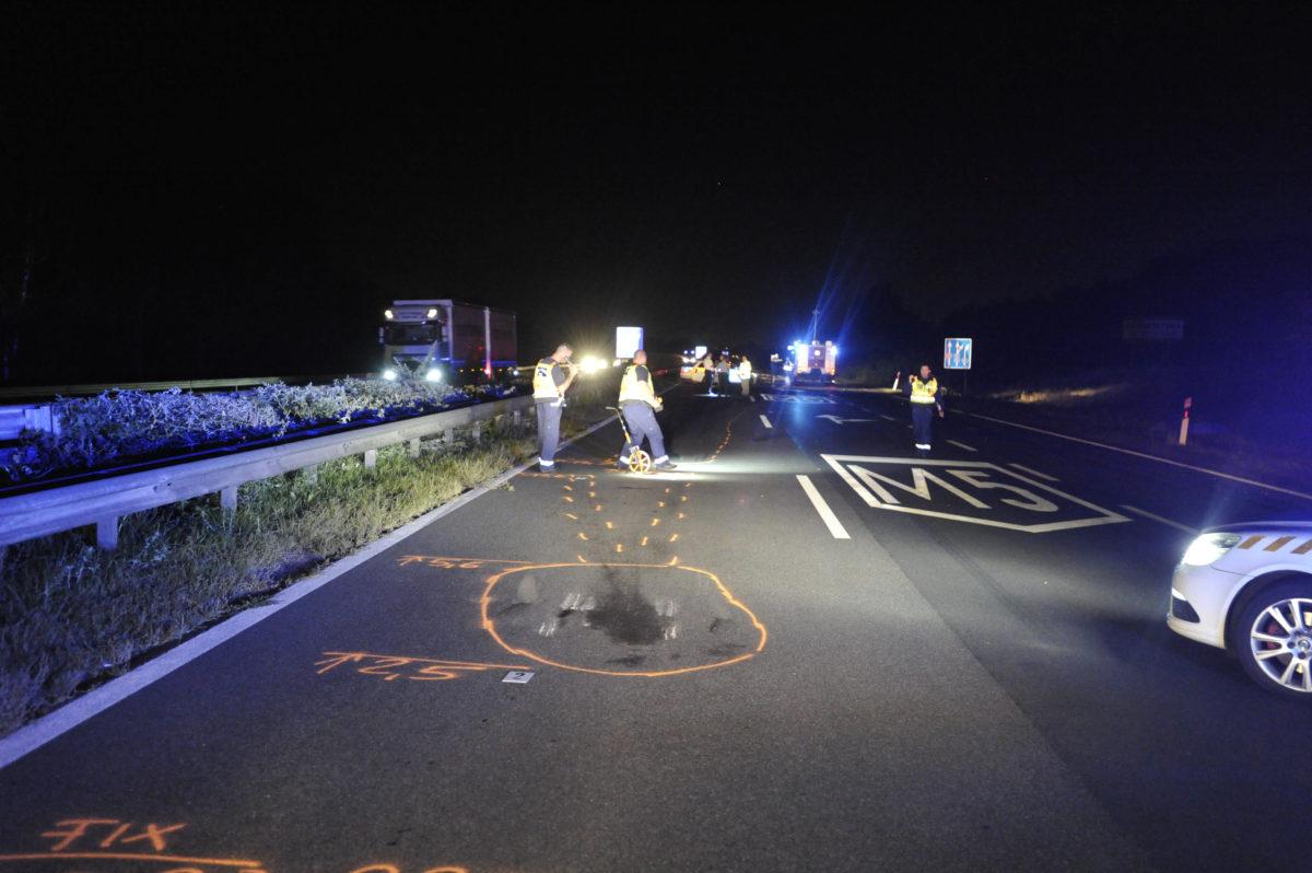 Rendőrségi helyszínelés az M5-ös autópályán Felsőpakony határában, ahol hárman meghaltak, amikor egy forgalommal szemben közlekedő személyautó összeütközött egy másik autóval 2019. szeptember 6-án.