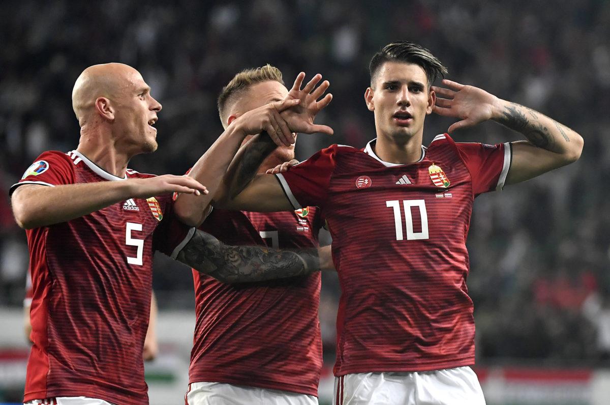 A gólszerző Szoboszlai Dominik (j), mellette Dzsudzsák Balázs (k) és Baráth Botond (b) örül a labdarúgó Európa -bajnoki selejtező E csoportjában játszott Magyarország - Szlovákia mérkőzésen a Groupama Arénában 2019. szeptember 9-én.