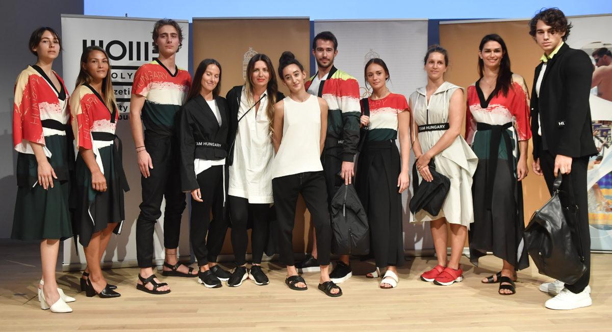 Garam Judit (b5) és Kovács Adél (b6), a NUBU divatcég tervezői, valamint Karakas Hedvig cselgáncsozó (b2), Drávucz Rita vízilabdázó (j2) és Kormos Villő, műugró (j3), illetve modellek a magyar olimpikonok és paralimpikonok, a 2020-as tokiói olimpiára tervezett formaruháit bemutató sajtótájékoztatón 2019. szeptember 12-én.
