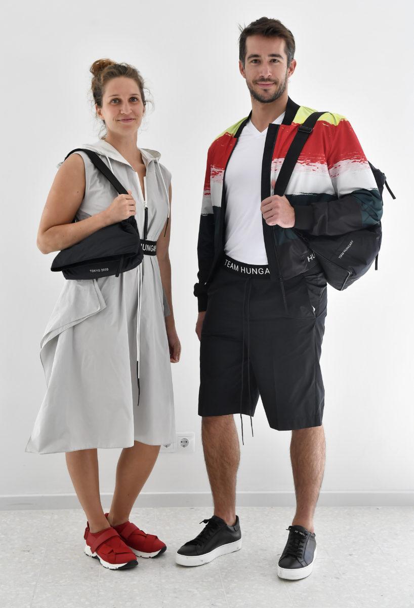 Kormos Villő olimpikon műugró (b) és egy modell a magyar olimpikonok és paralimpikonok, a 2020-as tokiói olimpiára tervezett formaruháit bemutató sajtótájékoztatón 2019. szeptember 12-én.