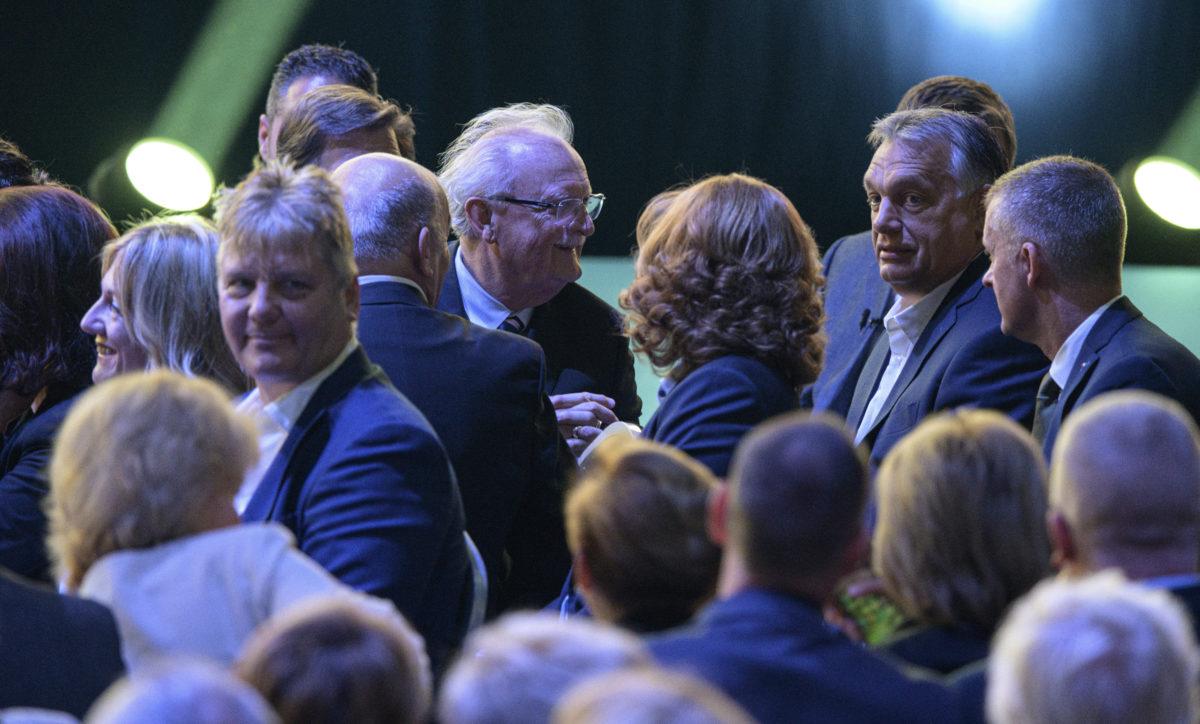 Orbán Viktor miniszterelnök, a párt elnöke (j2) a Fidesz tisztújító kongresszusán a BOK Sportcsarnokban, Budapesten 2019. szeptember 29-én. Jobbról Kubatov Gábor pártigazgató, alelnök, középen Balázs Péter színművész, a Szolnoki Szigligeti Színház igazgatója.