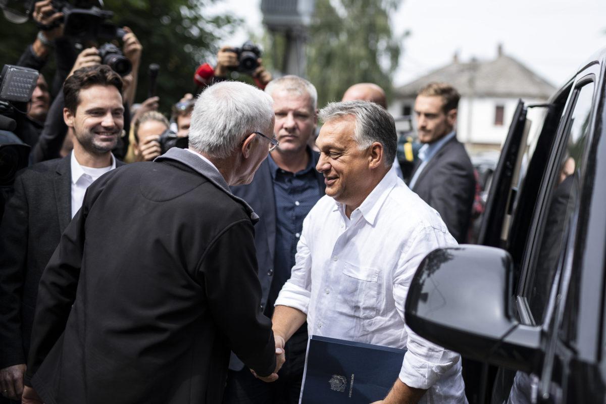 Balog Zoltán, a Polgári Magyarországért Alapítvány kuratóriumi elnöke (háttal, b) fogadja a Polgári Piknikre, az alapítvány rendezvényére érkező Orbán Viktor miniszterelnököt a kötcsei Dobozy kúriánál 2018. Szeptember 8-án.