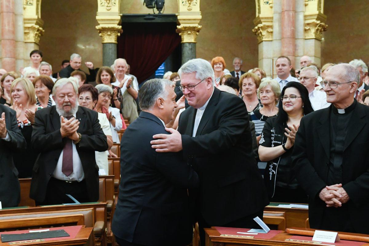 Budapest, 2019. szeptember 14. Orbán Viktor miniszterelnök (b) és Osztie Zoltán plébános, a KÉSZ korábbi elnöke köszöntik egymást a Keresztény Értelmiségiek Szövetségének (KÉSZ) XII. kongresszusán a Parlamentben 2019. szeptember 14-én.