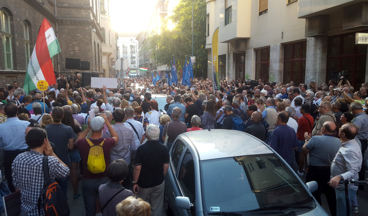 Tüntetők az ellenzéki pártok demonstrációján a VIII. kerületi Práter utcában 2019. szeptember 13-án.