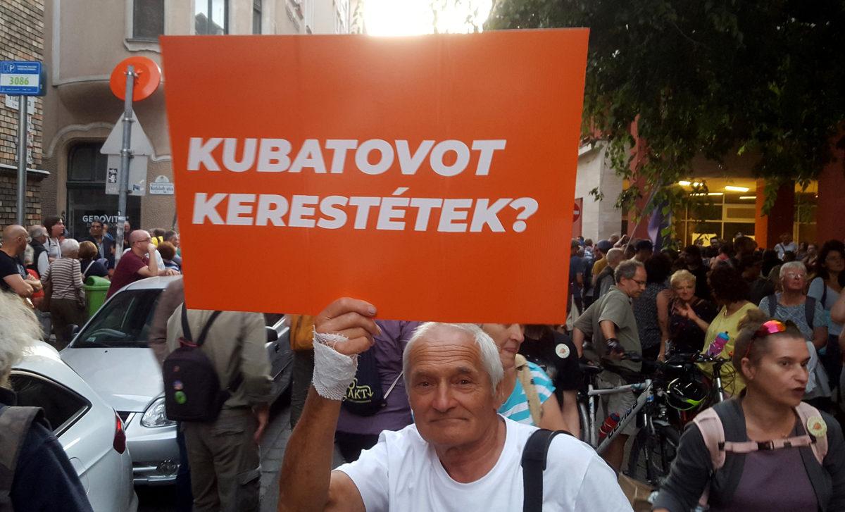 Transzparens az ellenzéki pártok demonstrációján a VIII. kerületi Práter utcában 2019. szeptember 13-án.