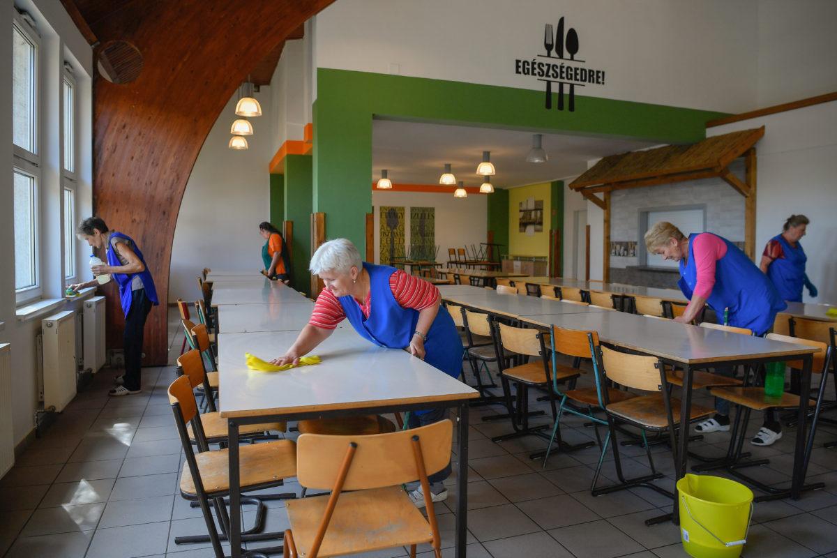 Fertőtlenítik a hajdúsámsoni II. Rákóczi Ferenc Általános Iskola és Alapfokú Művészeti Iskola étkezőjét 2019. szeptember 24-én.