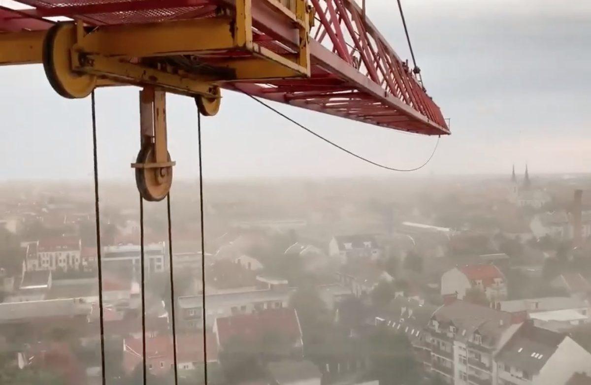 """""""Ha most nem borulunk fel, sosem"""" – toronydaruból videózták a Szegedre lecsapó zivatart"""
