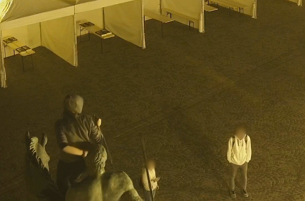 Megvan a férfi, aki letörte a székesfehérvári lovas szobor kardját