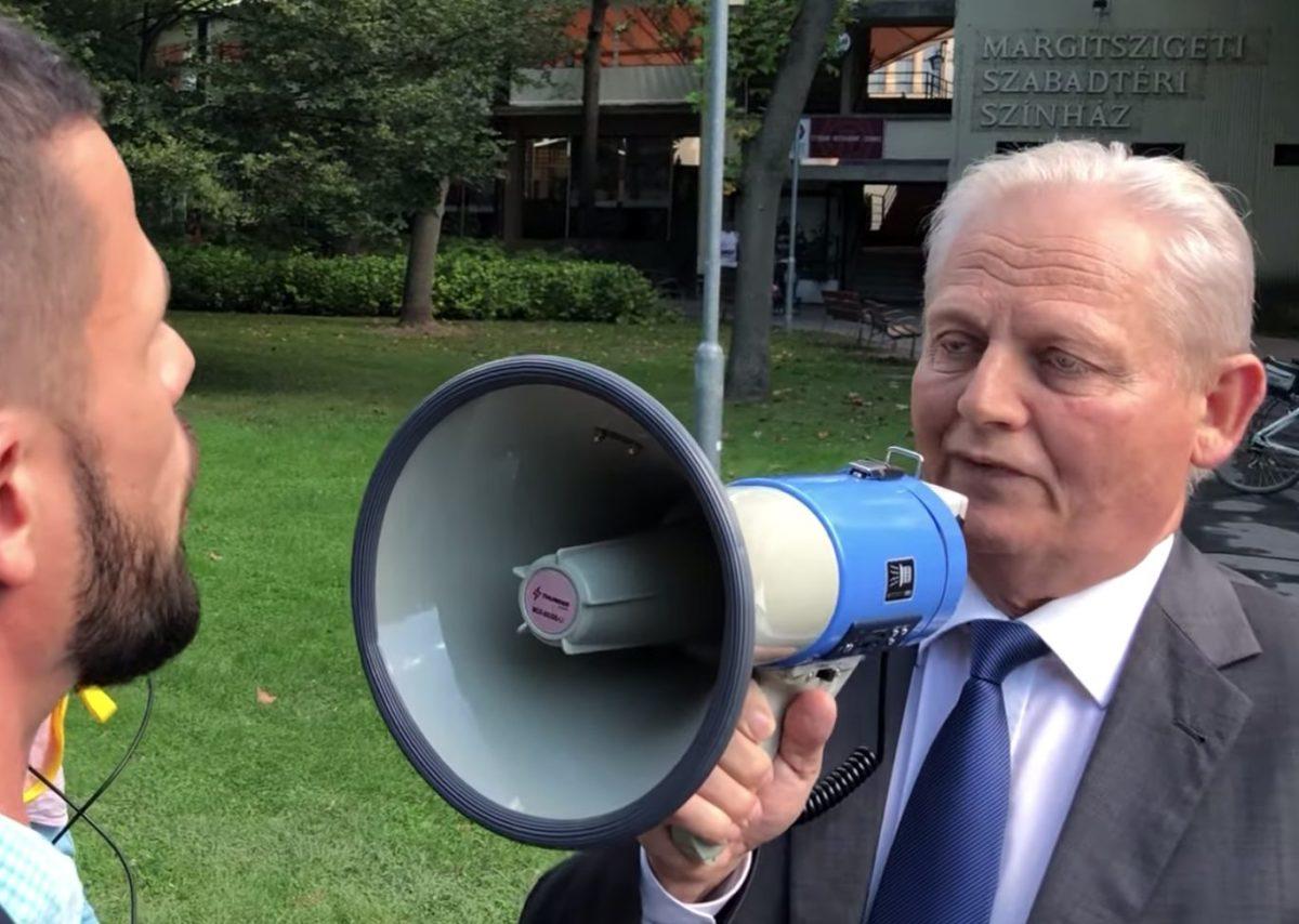 Tarlós István főpolgármester megafonon óbégat Tordai Bencének, a Párbeszéd Magyarországért képviselőjének 2019. szeptember 13-án.