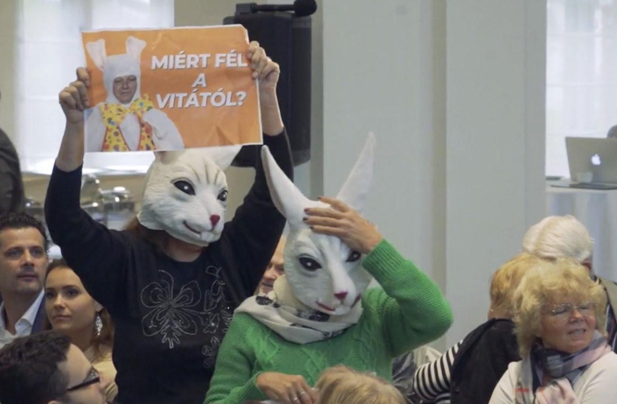 Nyúlnak öltözött aktivisták hívták vitára Tarlós Istvánt
