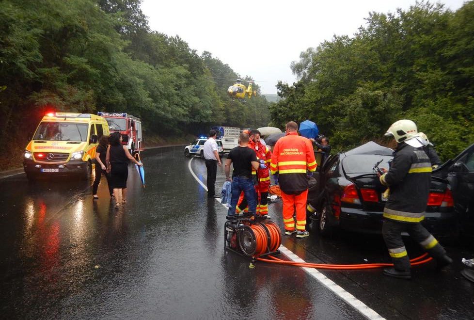 Kiosztotta a mentős a váci halálos balesetnél szelfiző autósokat