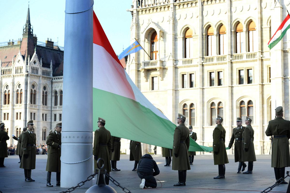 Kövér László, az Országgyűlés elnöke jelenlétében katonai tiszteletadással felvonják a nemzeti lobogót az 1956-os forradalom és szabadságharc 63. évfordulóján a Parlament előtti Kossuth Lajos téren 2019. október 23-án.