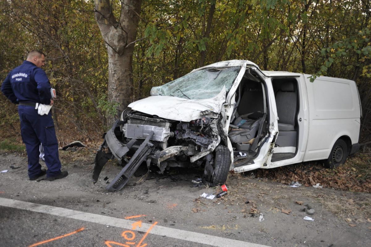 Összeroncsolódott kisteherautó az 5-ös főúton, a Pest megyei Alsónémedi külterületén 2019. október 18-án. A jármű kamionnal ütközött, vezetője meghalt.