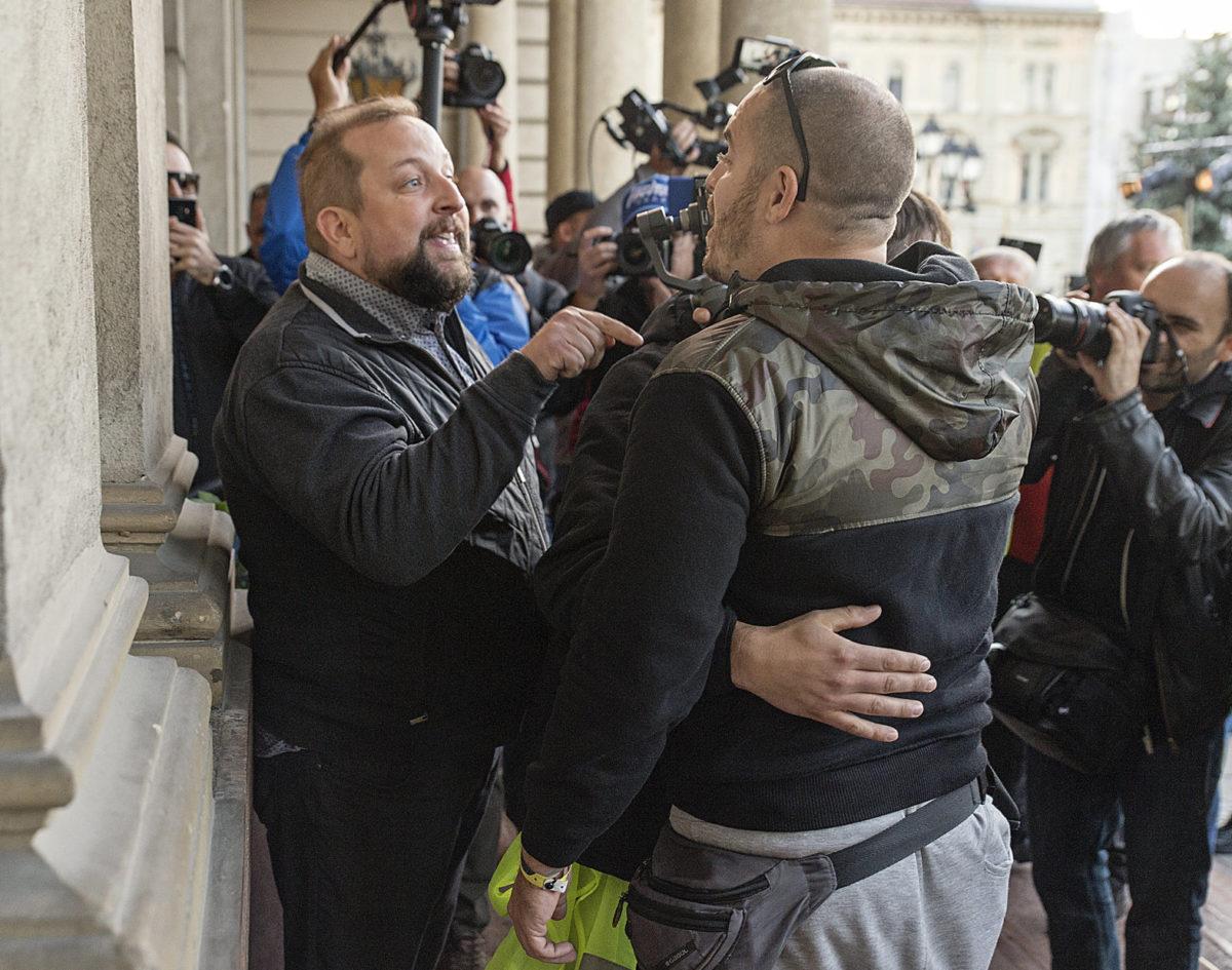 Gulyás Balázs publicista (b) és Bede Zsolt, a Fidesz udvari bohóca (b2) vitatkozik a Tüntetés Borkai Zsolt és a maffiakormányzás ellen címmel meghirdetett rendezvényen a győri városháza előtt 2019. október 12-én.