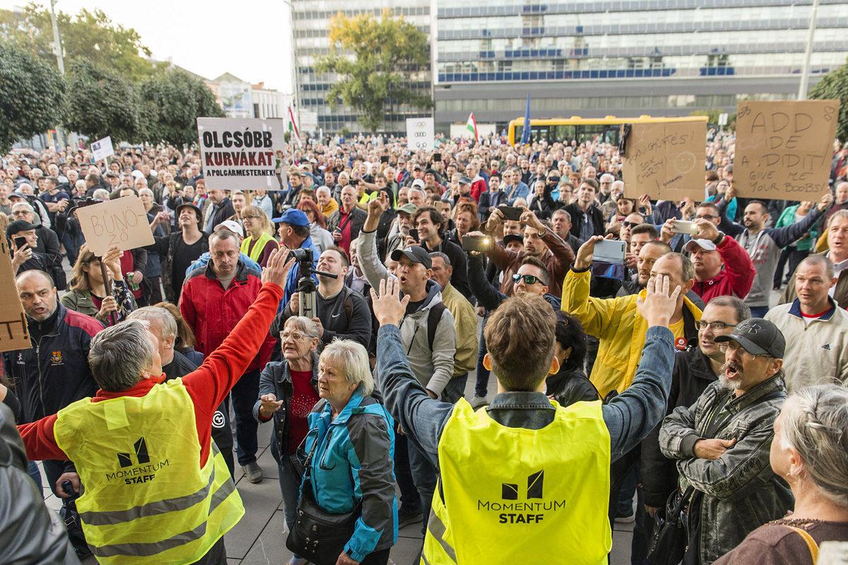 Résztvevők a Tüntetés Borkai Zsolt és a maffiakormányzás ellen címmel meghirdetett rendezvényen a győri városháza előtt 2019. október 12-én.
