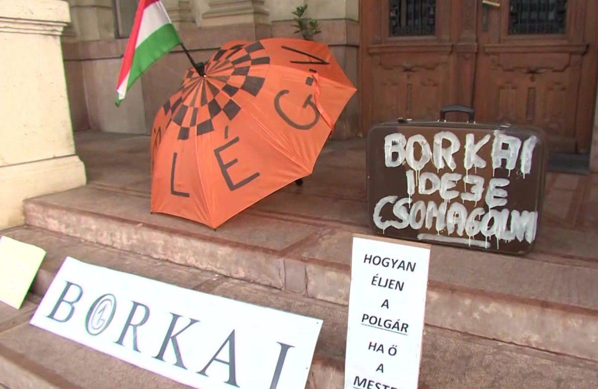 """""""Még a Fidesznek is ciki"""" – Ismét tüntettek a luxusnőkkel töcskölő Borkai ellen Győrben"""