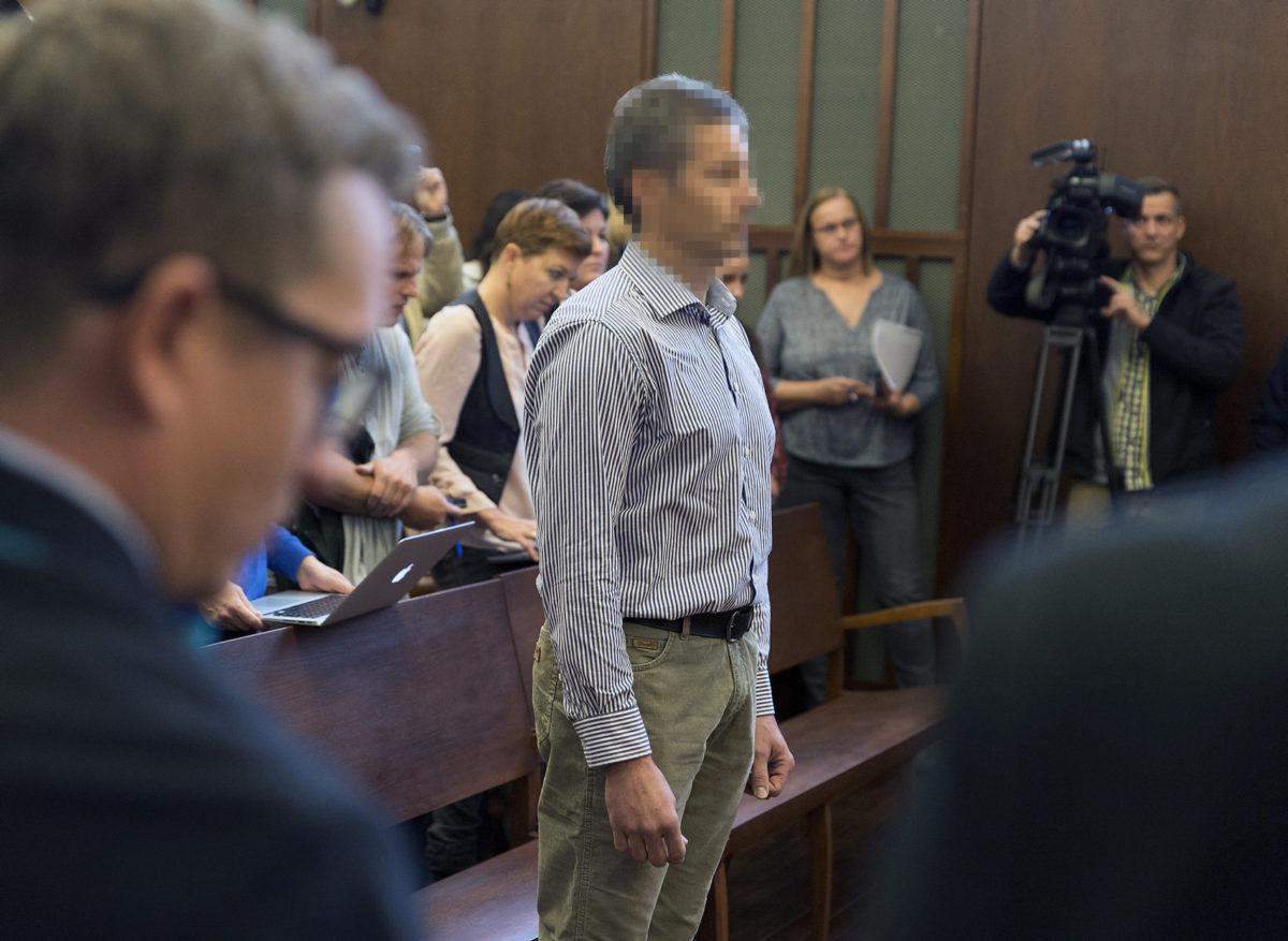 A felesége megölésével és feldarabolásával vádolt darnózseli hentes, N. János (k) hallgatja az ítéletet büntetőperének tárgyalásán, az ügyben másodfokon eljáró Győri Ítélőtáblán 2019. október 29-én.