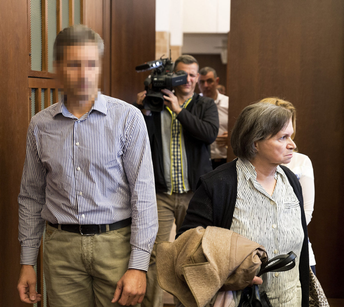 A felesége megölésével és feldarabolásával vádolt darnózseli hentes, N. János (b) érkezik büntetőperének tárgyalására, az ügyben másodfokon eljáró Győri Ítélőtáblán, jobbra mellette az áldozat édesanyja 2019. október 29-én.