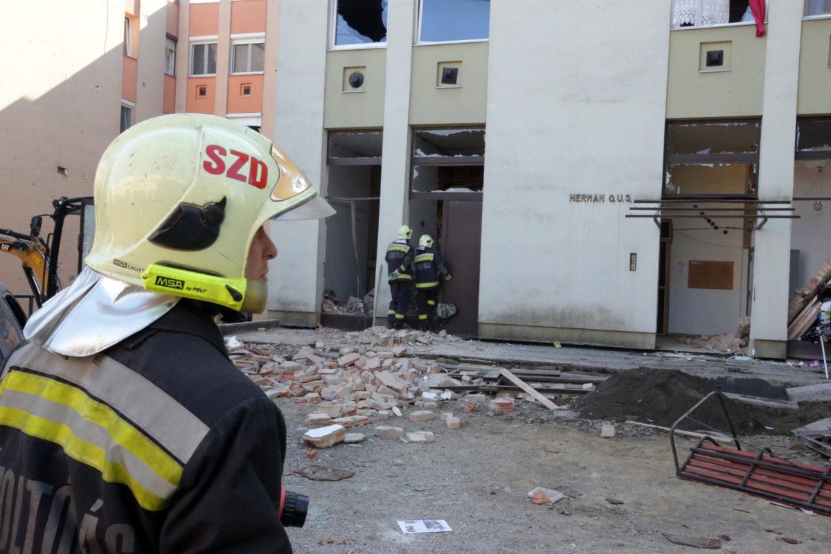 Tűzoltók Szekszárdon, egy Herman Ottó utcai társasháznál, ahol gázrobbanás történt egy második emeleti lakásában 2019. október 9-én.