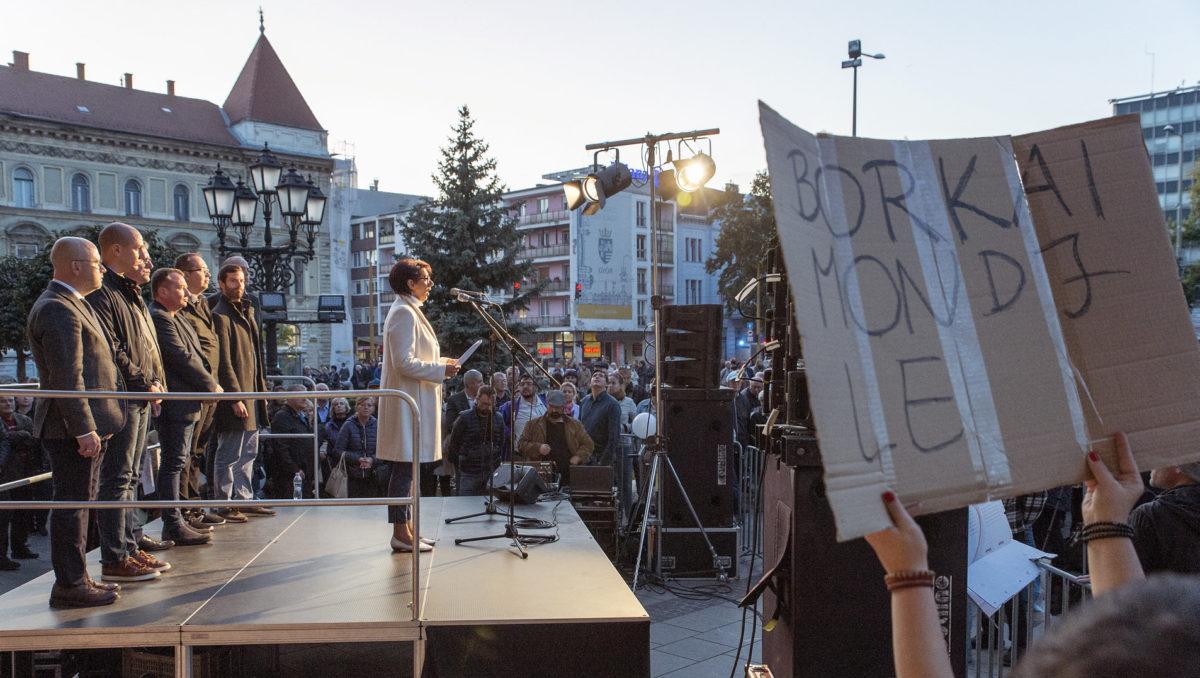 Glázer Tímea, a győri ellenzési összefogás polgármesterjelöltje felszólal a Tüntetés Borkai Zsolt és a maffiakormányzás ellen elnevezésű rendezvényen a győri városháza előtti téren 2019. október 12-én.