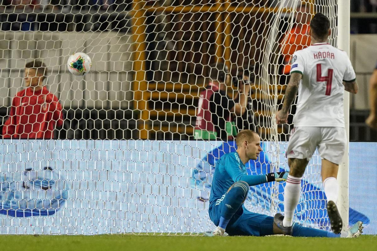 Gulácsi Péter gólt kap, mellette Kádár Tamás a Horvátország - Magyarország labdarúgó Európa-bajnoki selejtező mérkőzésen a spliti Poljud Stadionban 2019. október 10-én.