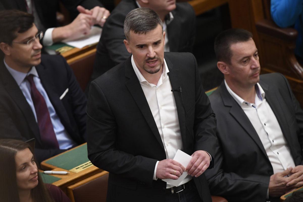 Jakab Péter, a Jobbik parlamenti képviselője napirend előtt felszólal az Országgyűlés plenáris ülésén 2019. október 21-én. Mellette jobbról Sneider Tamás, mögötte Lukács László György, a Jobbik képviselői.