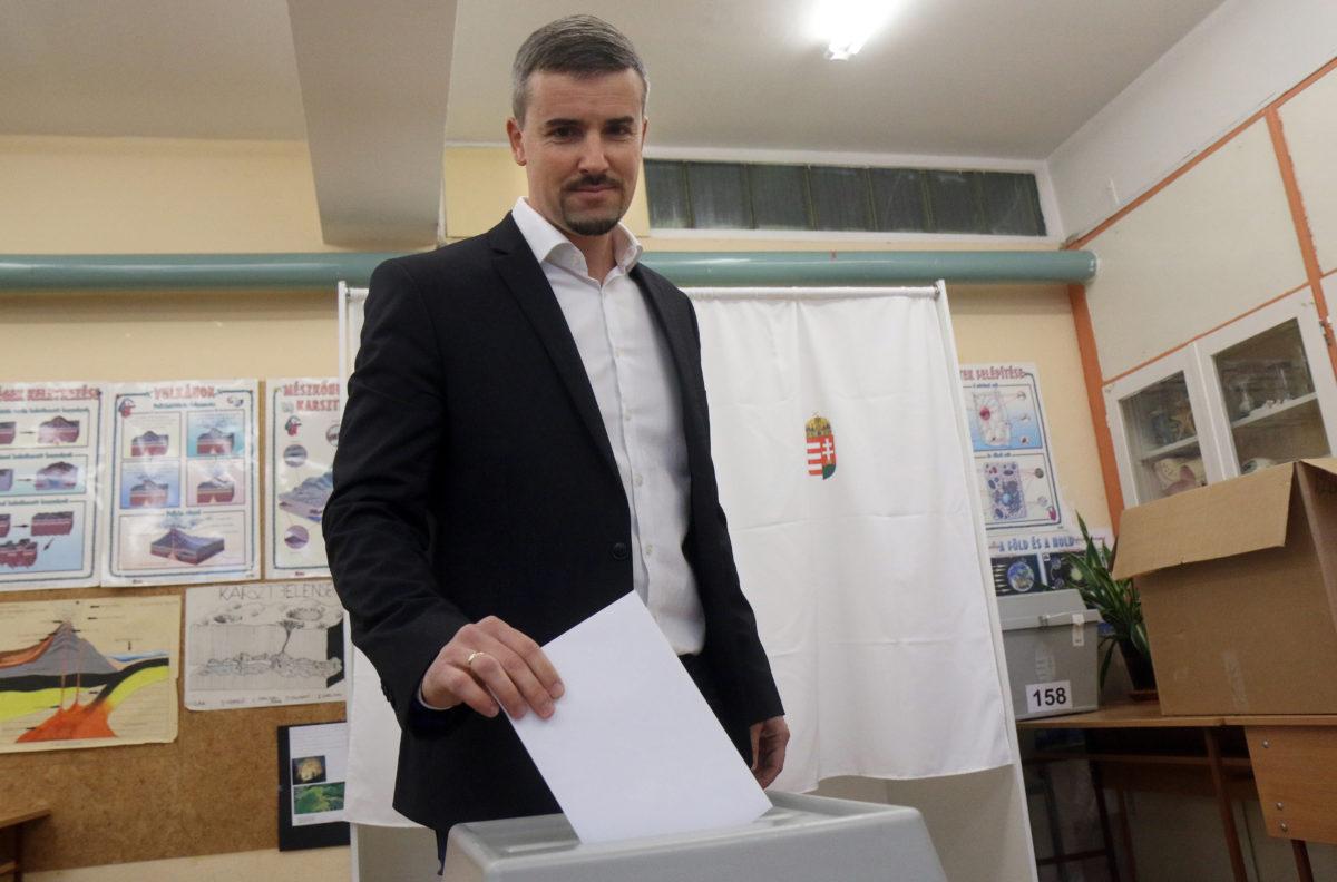 Jakab Péter, a Jobbik frakcióvezetője leadja szavazatát az önkormányzati választáson a Diósgyőri Szent Ferenc Római Katolikus Általános Iskolában kialakított 158-as szavazókörben Miskolcon 2019. október 13-án.