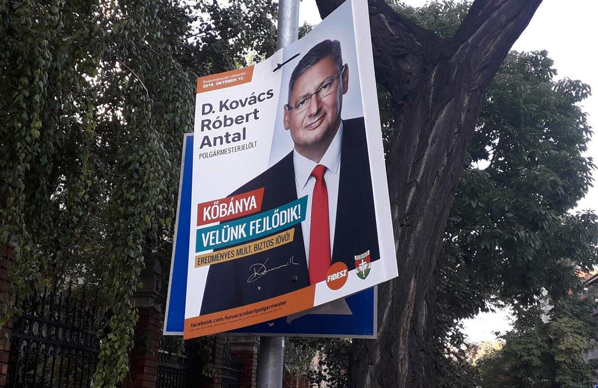 Fidesz-plakáttal takartak le egy KRESZ-táblát egy iskolánál Kőbányán