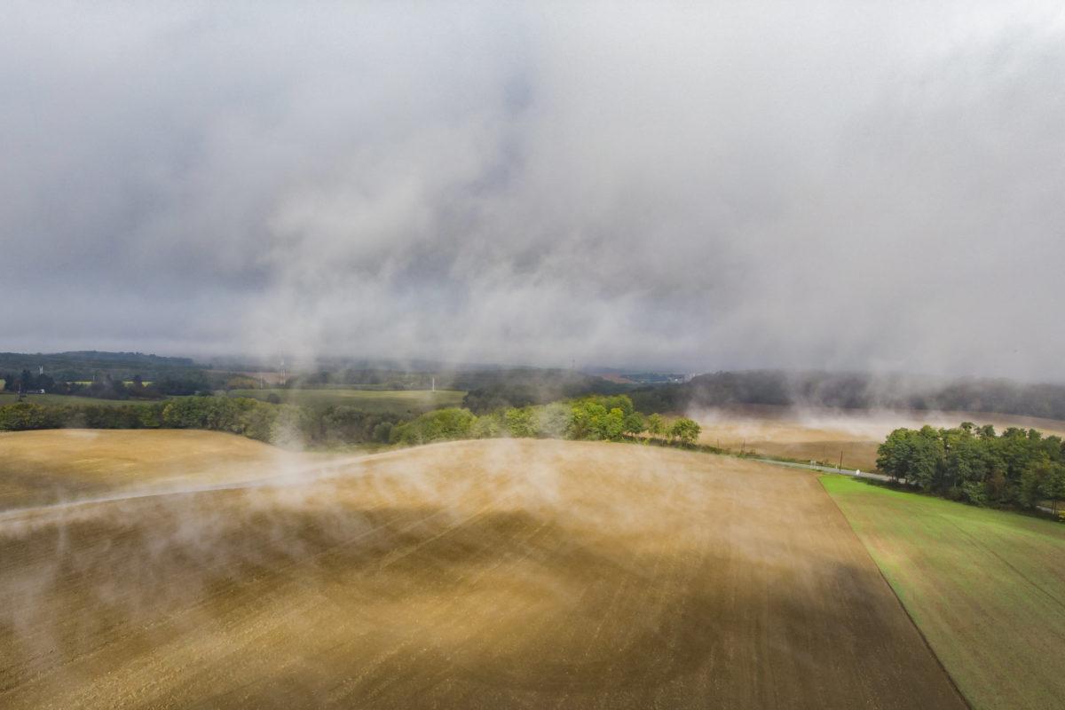 Oszló köd és felhők a Zala megyei Fakospuszta közelében 2019. október 11-én.