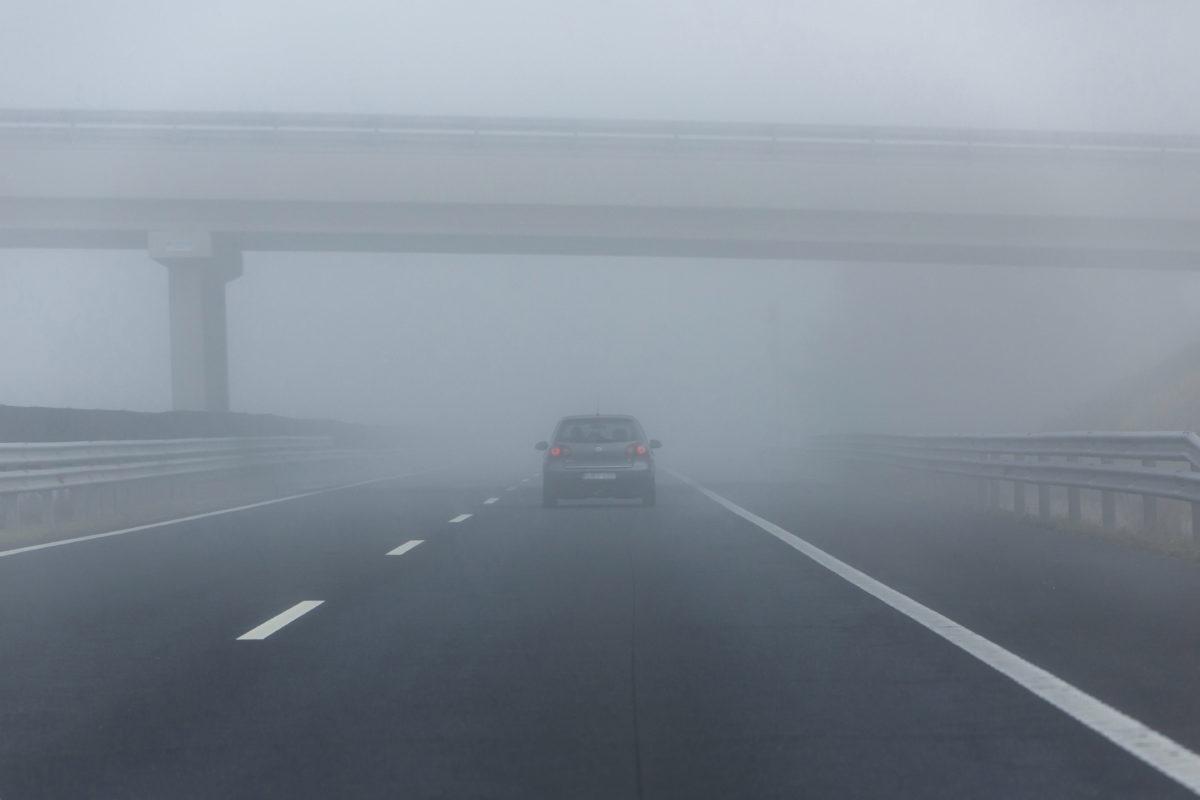 Ködben halad egy személyautó az M7-es autópályán a Zala megyei Eszteregnye közelében 2019. október 27-én.
