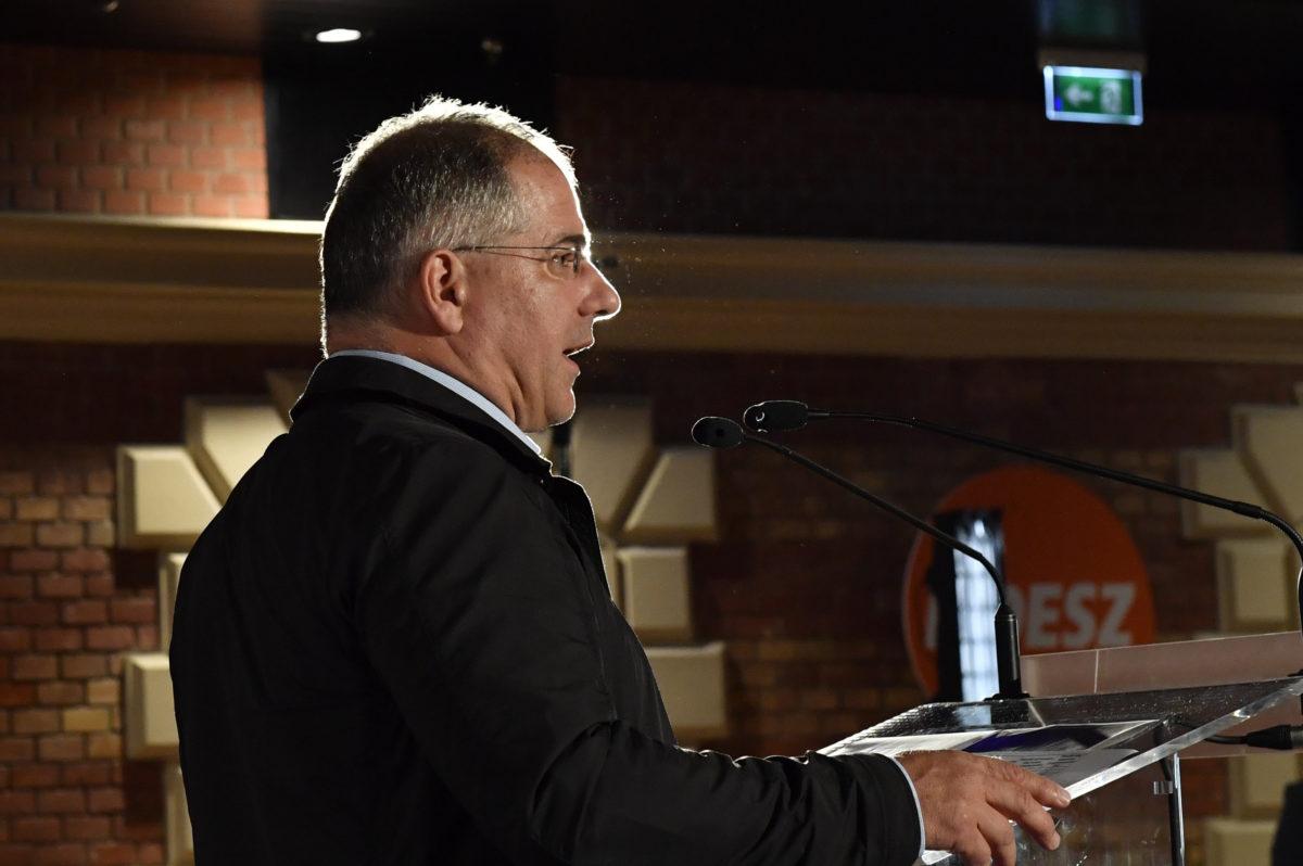Kósa Lajos, a Fidesz önkormányzati választásokért felelős kampányfőnöke, a párt alelnöke sajtótájékoztatót tart pártja önkormányzati választási eredményváró rendezvényén a Bálna Kulturális Központban 2019. október 13-án.